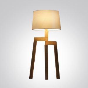 Moderne Stehlampe Design mit Holz Gestell und Stoff Schirm