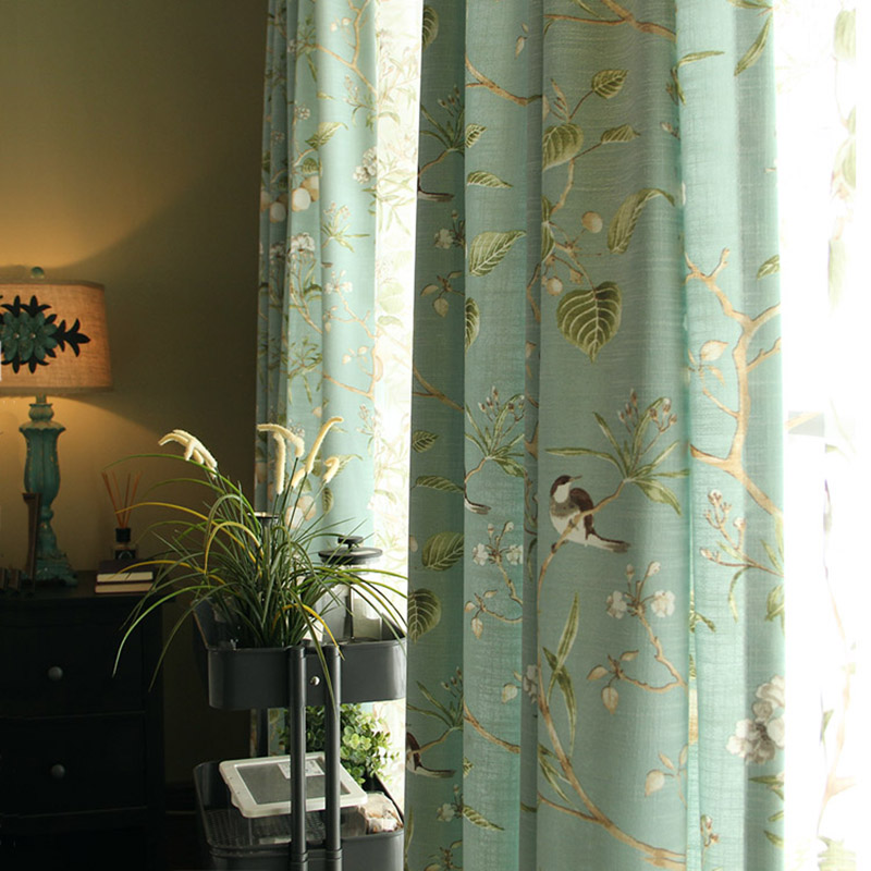 landhaus vorhang blau gr n v gelchen aus leinen im wohnzimmer. Black Bedroom Furniture Sets. Home Design Ideas