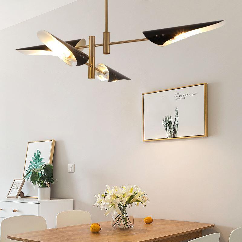 kronleuchter modern design in gold schwarz im wohnzimmer. Black Bedroom Furniture Sets. Home Design Ideas
