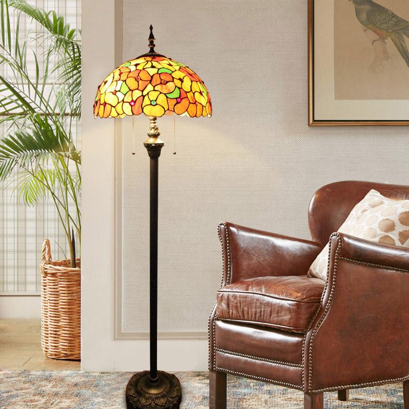 Tiffany Stehlampe Blumen Design 2 flammig im Schlafzimmer