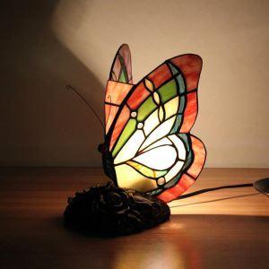 Tiffany Nachttischlampe Schmetterling Gestaltet 1 flammig im Wohnzimmer