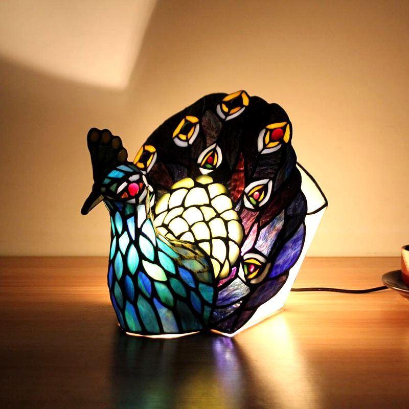 Tiffany Tischlampe Pfau Design Im Schlafzimmer